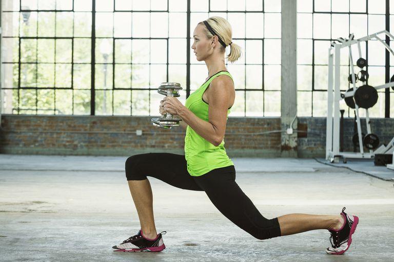 前十字靭帯損傷とレジスタンストレーニング(ACLの歪み{膝関節の外反と股関節の内転を減少}を減少させるハムストリングの共収縮{膝関節の屈曲角を増大させる}が果たす役割を考えると、筋力増大は重要な要素になる)