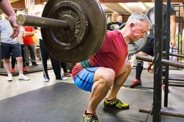スクワットと脊椎の安定性(腹腔内圧を高めるバルサルバ法は、「近位のスティフネス」をもたらし、四肢の発揮筋力と速度を促進することにより、肩関節と股関節における発揮パワーの増大を可能にする)