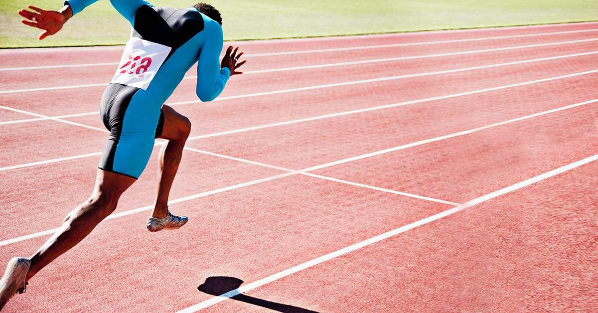 ストライド長を改善するには(柔軟性と筋の動員を向上させ、そしてストライド長を改善する上で特に重要な要素のひとつは、股関節屈筋(仰向けの姿勢)とハムストリングス(うつ伏せの姿勢)を鍛えることとが重要になる)
