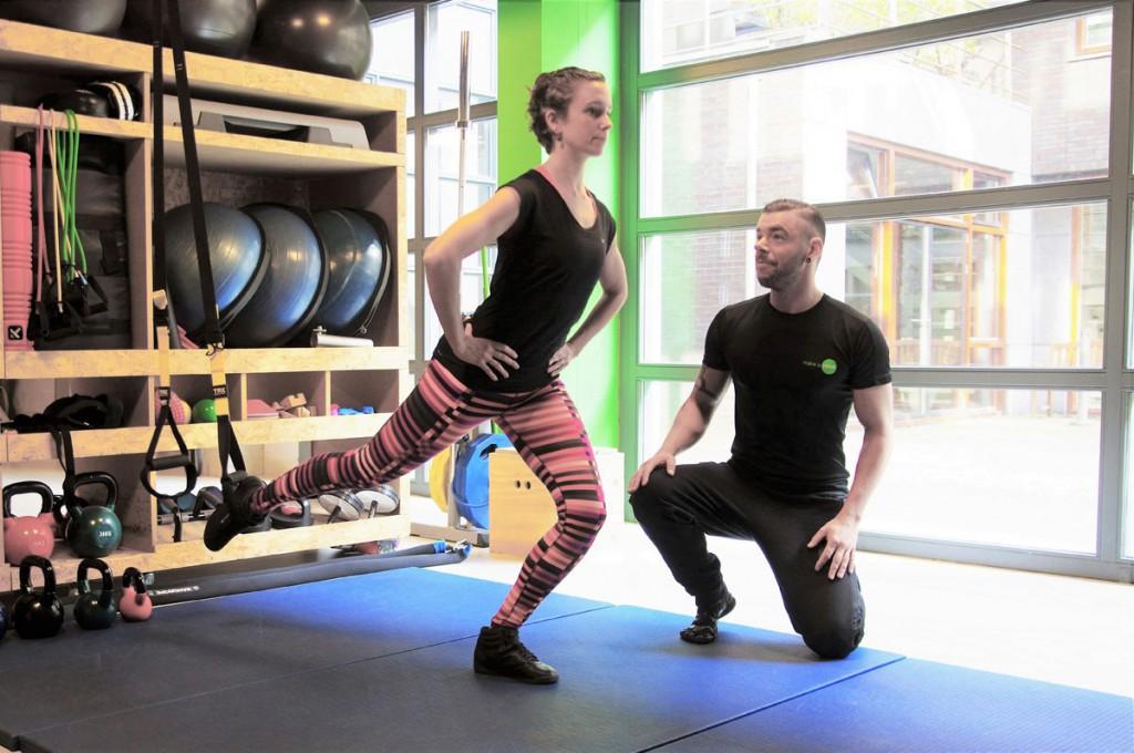 前十字靭帯損傷(ACL)と神経筋トレーニング(着地中の膝関節の屈曲角を増大させ、膝関節屈曲モーメント、外反モーメントを減少、膝関節の最大外反角を減少させる)