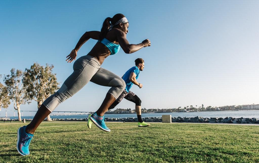 ランニングの脚周期とシューズ(脚周期は、バネが圧縮される際のように下肢関節が重心を下げてエネルギーを吸収するため、脚のバネ質量系と説明され、立脚期に発生する)