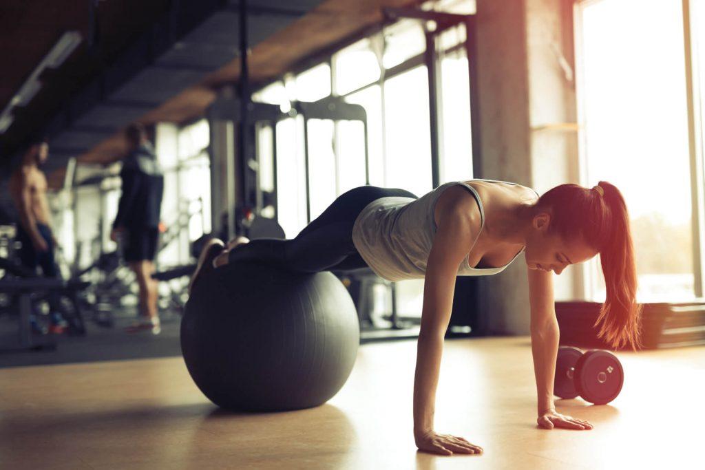 パフォーマンスの為のコアエクササイズ(脊椎におけるパワー(力×速度)の発揮は、通常極めて危険だが、代わりにパワーを肩と股関節周りで発揮し、パフォーマンスを向上させ、同時に脊椎と関連組織のリスクを最小限に留めることが必要になる)