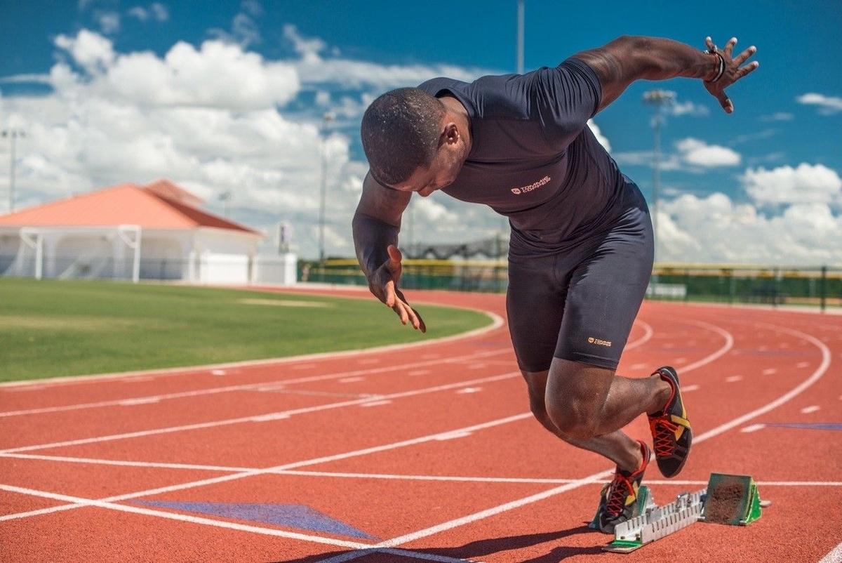 アスリートの支持期の接続時間(短い接地時間で長い距離にわたって身体を推進させるということは、支持期の120~200ミリ秒間に、より大きな水平力/パワーが発揮されていることを示唆している)