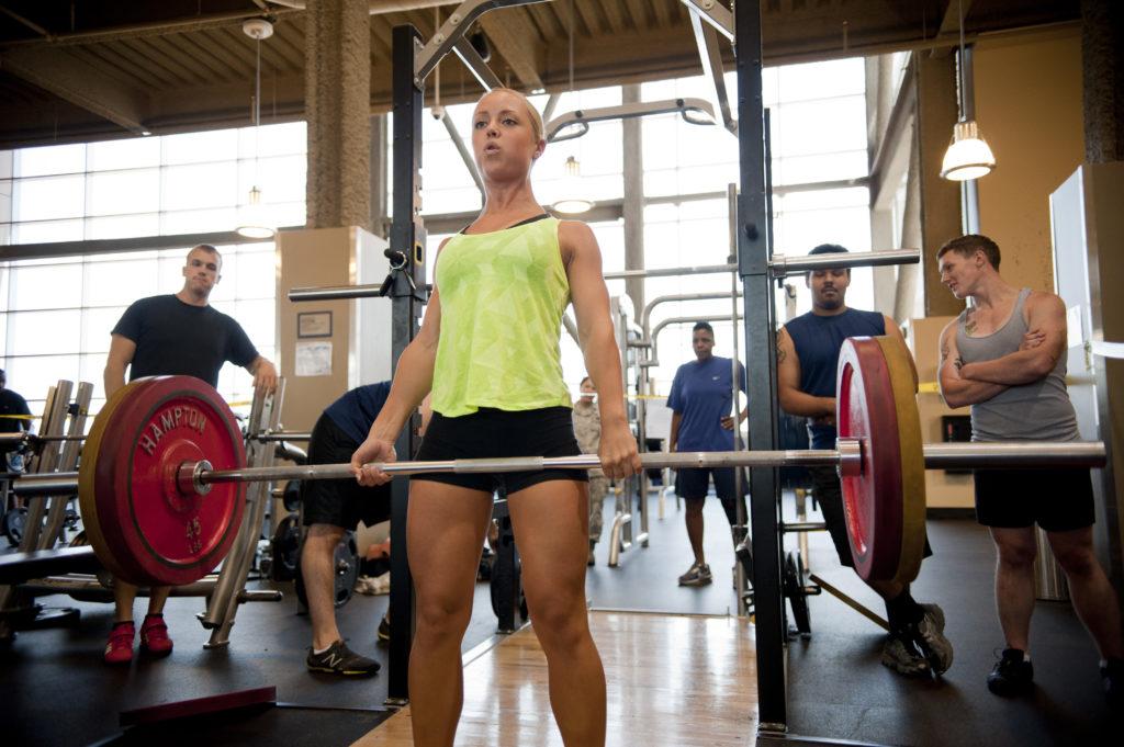 現場への応用(パワートレーニングのための最適な負荷は、全身の発揮パワーを最大にする負荷であると強調してるが、股関節の発揮パワーを最大にする負荷でトレーニングするほうが効果が大きい)