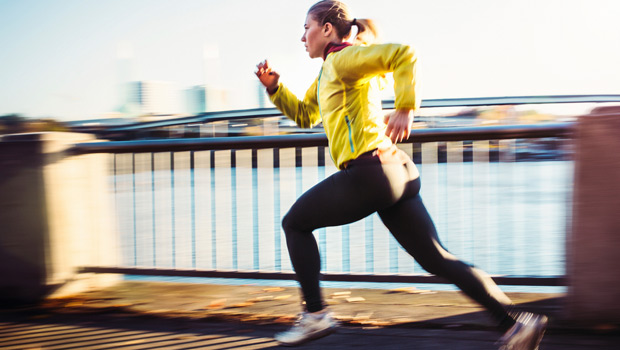 長距離ランナーのための有酸素性能力(VO2maxを向上させるには最大強度付近でのインターバルトレーニングが有効{58mL/kg/minを超える})