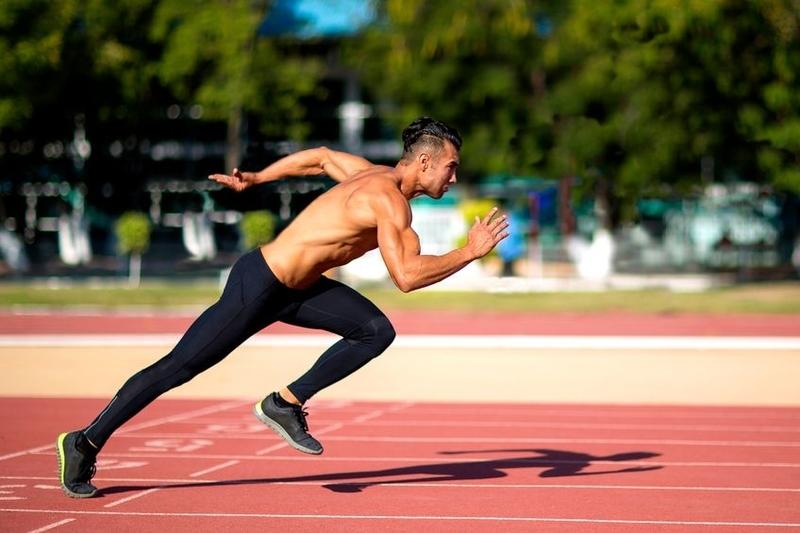 スプリントスピードとは(スプリントスピードは、床に対してより大きな筋力を生み出す能力と接地時間を最小限に留める能力、すなわち伸張-短縮サイクルをうまく利用して、キネティックチェーンを通じてパワーを転移させる能力によって原則的に支配されている)