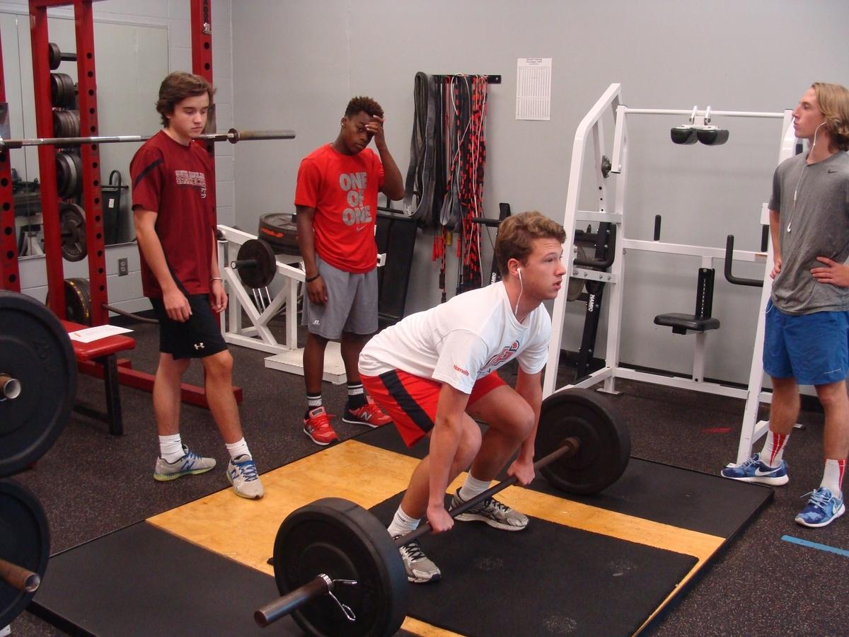 トレーニングの基礎知識(トレーニングによって筋肉がより太く強靭に生まれ変わる事を「超回復」と言い、こうした身体の反応は、トレーニングによって筋肉が傷ついた証であり、同時に、回復に向けて準備が始まっていることを示すものである)