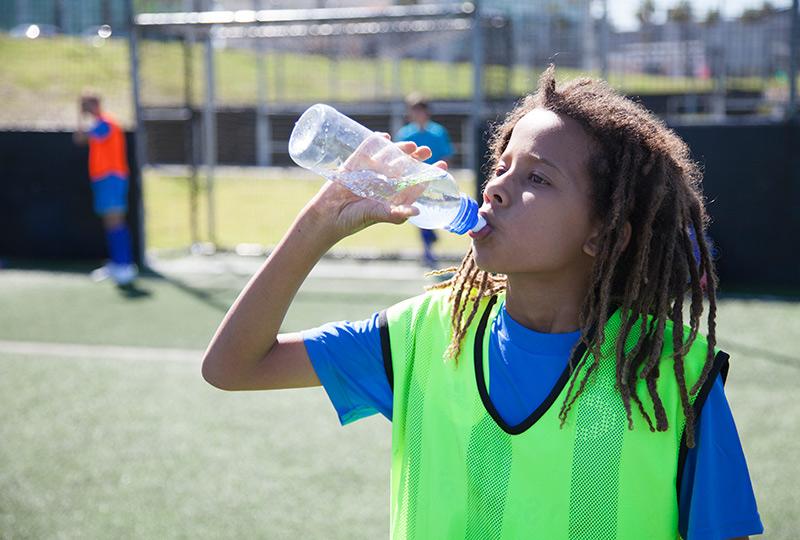 持久力トレーニング中の血糖値維持と酸化を最適化するためには(アスリートは1時間ごとに糖質を6~8gの濃度で含むスポーツドリンクを1時間おきに600~1,200ml飲むことにより達成できる)