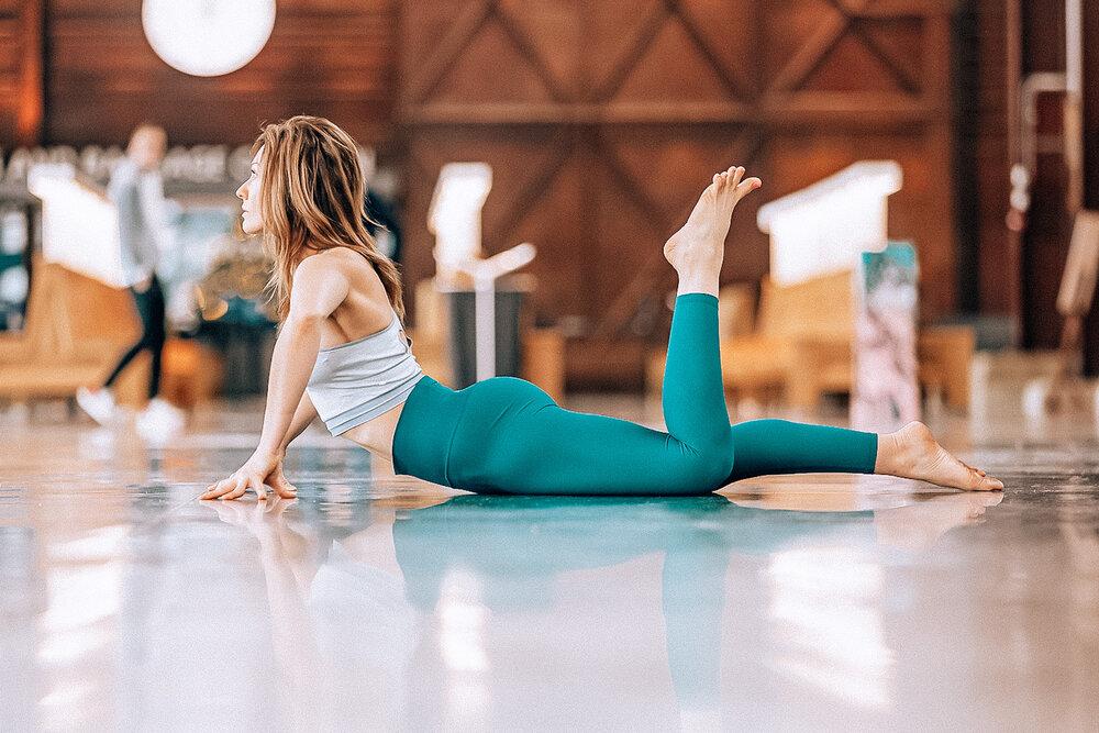 矯正、施術目的のコアエクササイズ(慢性的な背部痛があると、殿筋が股関節伸展筋として働くことを妨げ、ハムストリングスを殿筋の代用として股関節を伸展させようとする)