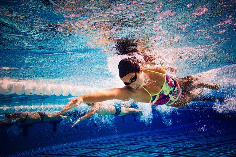 男女の水泳時における腹腔内圧の比較(女子の絶対的な筋力は、男子の3分の2程度であり、特に体幹部では男子の63.8%になる)