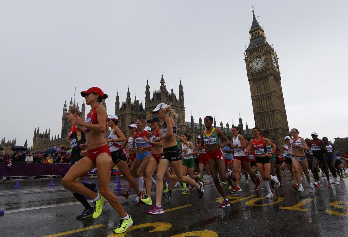 長距離走のパフォーマンス向上のポイント(筋の面積当たりの毛細血管数とミトコンドリア密度を上げ酸素の拡散と利用を促し、1回拍出量と心拍出量を最大限に多くすること)