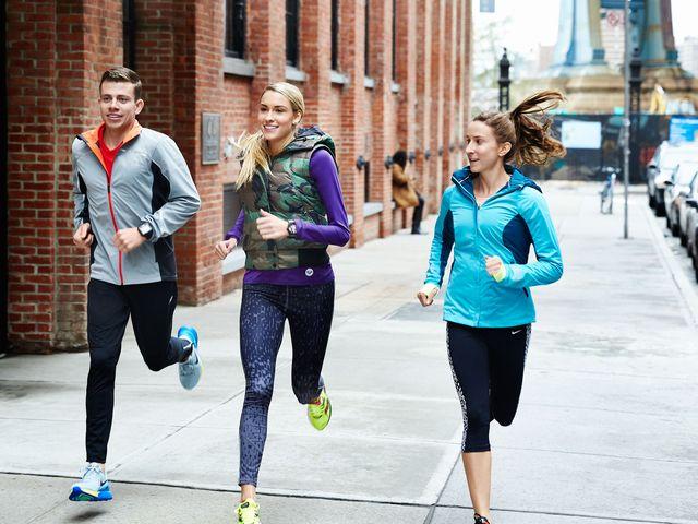 エネルギー切れを防ぐために、体内のグリコーゲン量を高める(筋肉と肝臓で2,000kcal程度しか貯められない)