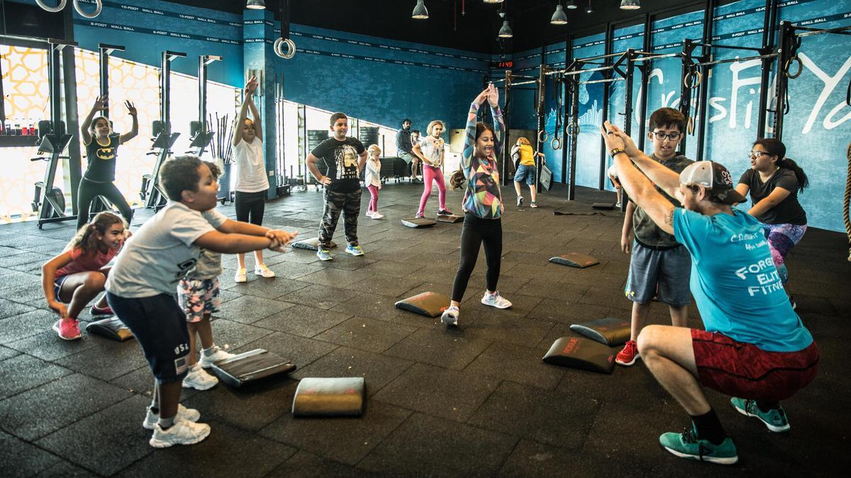 青少年アスリートにおける神経筋傷害リスク因子の分析(筋疲労、筋の活性化のタイミングと大きさの変化、筋力不足、前額面コントロールの優位性(動的外反)、下肢の神経筋のアンバランス、不十分な筋スティフネス、姿勢安定性の不足、固有感覚の変化、そしてフィードフォワードコントロール等がある)