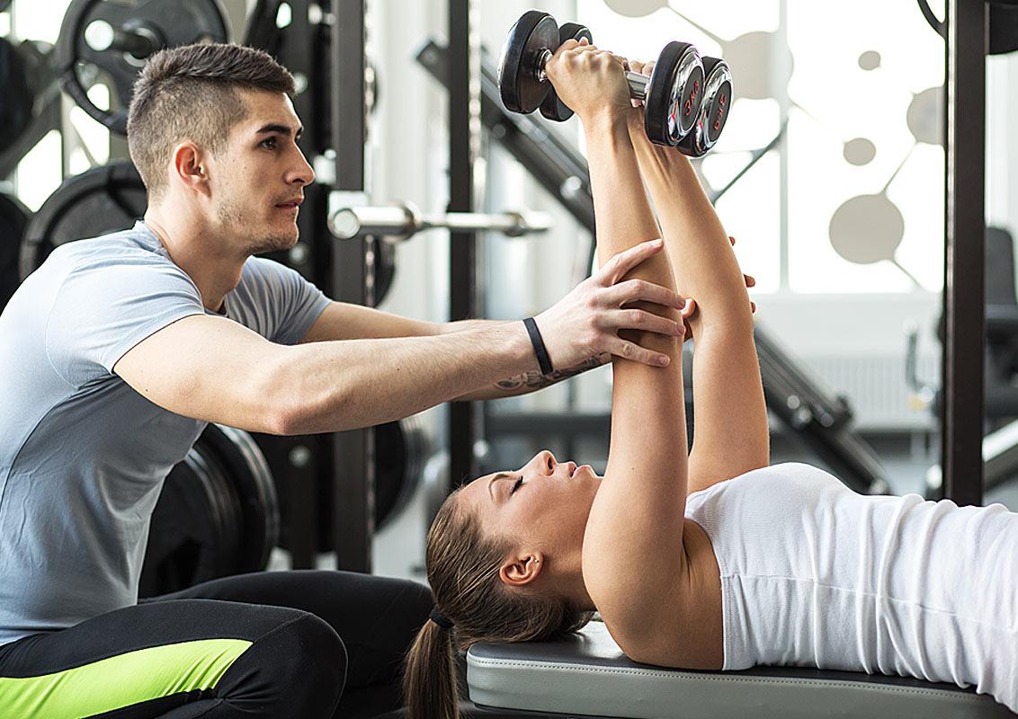 初級クライアントのためのピリオダイゼーション(逆ピリオダイゼーションモデルは、低量であることによって、初級者のオーバートレーニングによってもたらされる過度の筋肉痛の予防に役立つ)