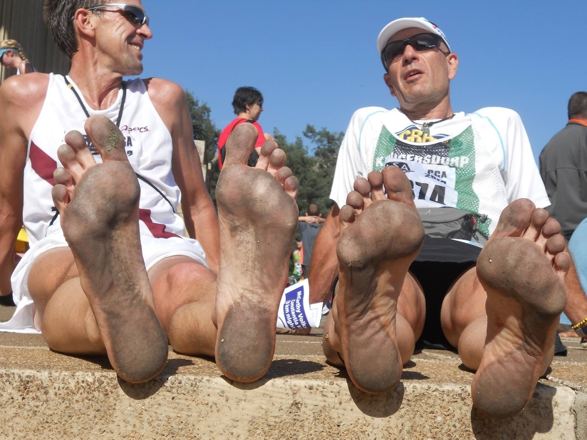 足底の感度適応の重要性(足底面には感覚受容器が密集しているためにベアフット運動を増やすことによる感度適応が、ベアフットランニングプログラムへの移行の最初の要素になる)