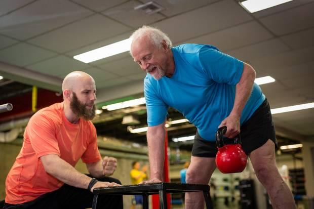 心臓血管系疾患とレジスタンストレーニング(運動中の心臓血管反応が正常であることを確認するために、セッション中の心拍数(HR)と収縮期血圧(BP)の規則的なモニタリングが必要になる)