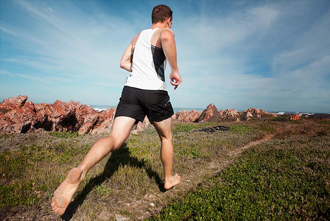 ベアフットランニングのためのプライオメトリックスによる下肢の伸張性筋力強化(ベアフットランニングの接地では膝関節と足関節による衝撃負荷の制御がより重要になるため、下肢のプライオメトリックエクササイズをトレーニングプログラムに組み込むべきである)