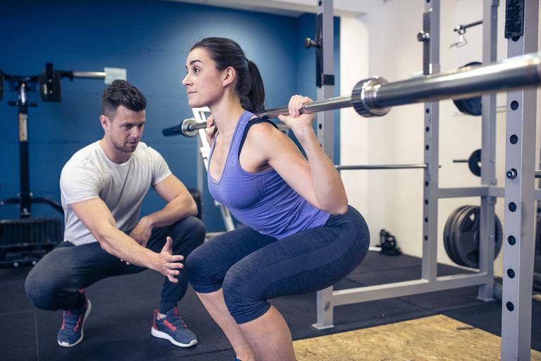 バックスクワットにおける脛骨移動角度(脛骨の前方移動角度は、下腿部における筋構造の柔軟性と足関節の可動性から影響を受ける)