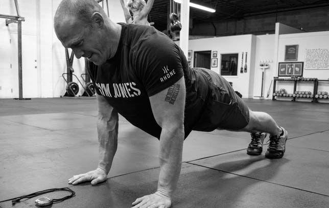 自重トレーニングの利点(ほとんどの自重エクササイズは、多関節を用いて固定した身体部位から負荷を遠ざけたり近づけたりするクローズドチェーンエクササイズになり、クローズドチェーンの動作のほうがより機能的であり、一度に複数の筋群を強化できる)