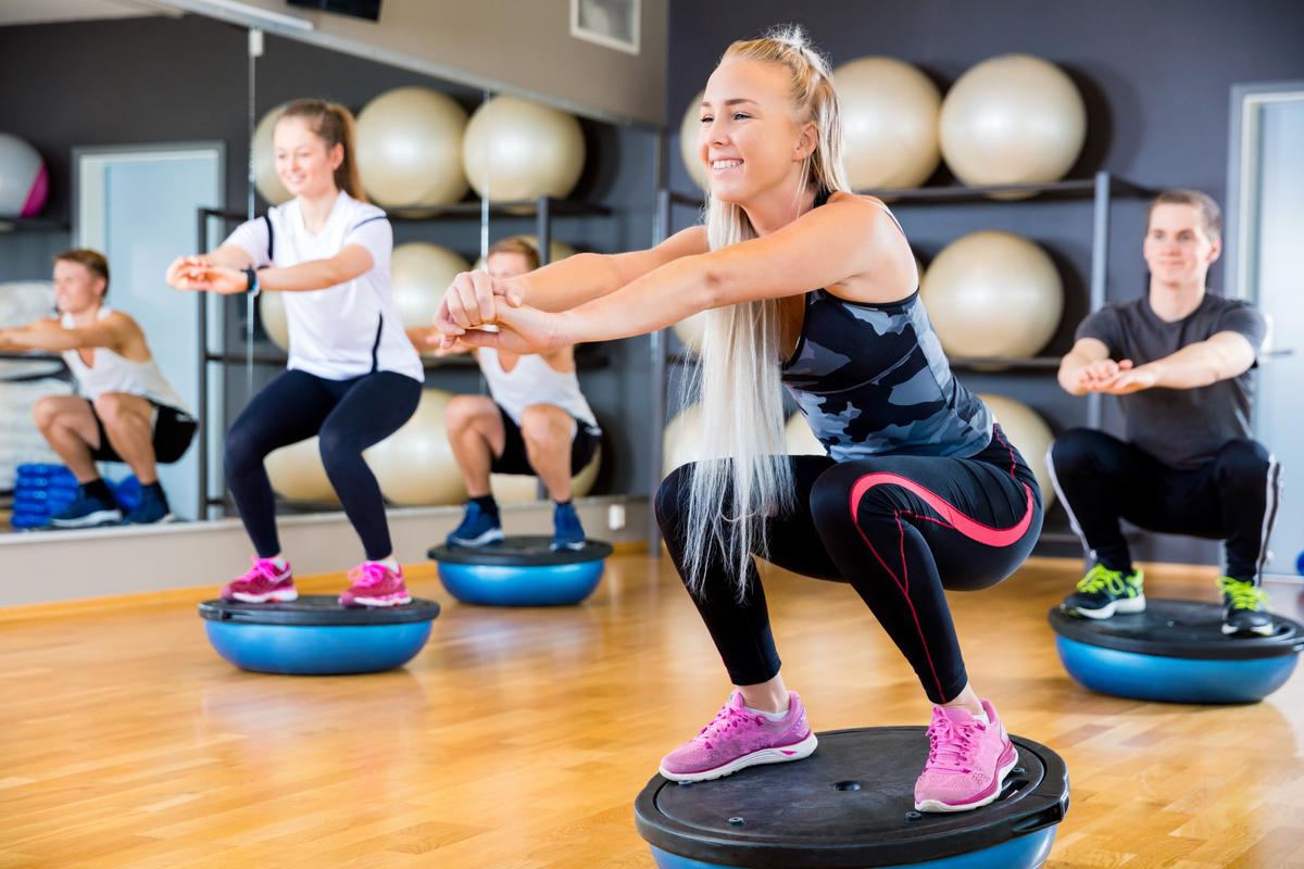 ベアフットランニング移行のために必要なプログラム(衝撃力を制御する際に下肢は神経筋系の制御増大を要求するため、移行準備プログラムに固有受容性エクササイズ、足関節の変位増大が要求されるため、足関節の可動域を増加させる柔軟性エクササイズを行う必要性がある)