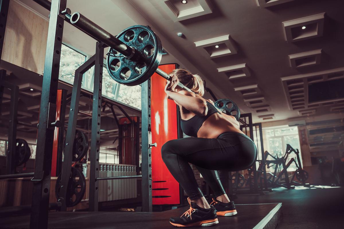 臨床環境におけるバックスクワット(結合組織に害を及ぼすことなく、下半身の筋組織、後部キネティックチェーンの筋力と動員パターンを強化することができる)