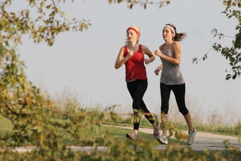 女性アスリートと月経異常と骨密度(低エネルギー供給率によって引き起こされる月経異常が青年期に発生すると、新しい骨の形成が制限され骨密度が低下し、疲労骨折のリスクが増加する)