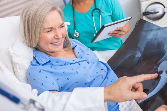 股関節形成術とリハビリテーション(人工関節の固定にセメントを用いた術式では手術後でも自重負荷に耐えられるのに対して、セメントレス法は最長6週間程度自重負荷を制限されるのが一般的)