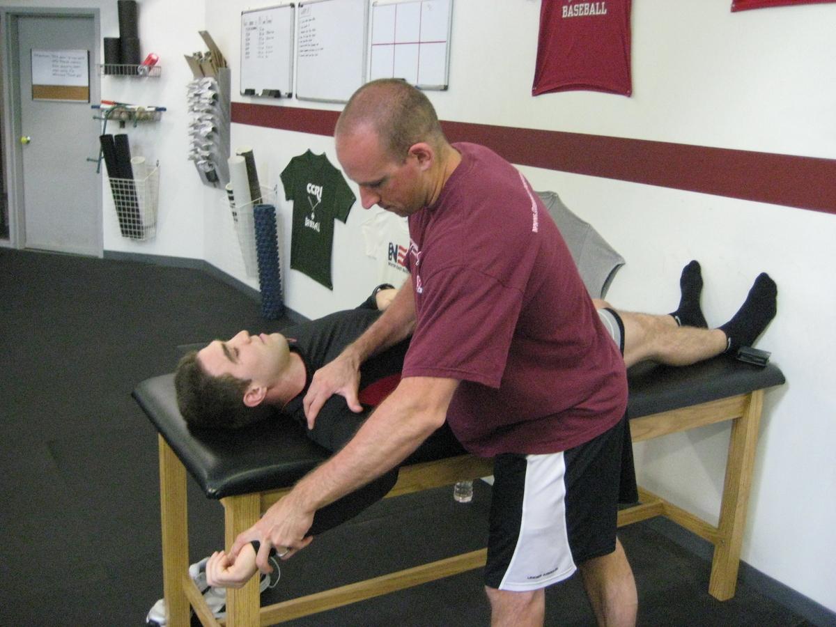 肩前部の不安定性や疼痛を予防する現場への応用(腹臥位での肩甲平面の外転エクササイズを選択することは、肩とローテーターカフの筋組織の活性化に有効であることが明らかになっている)
