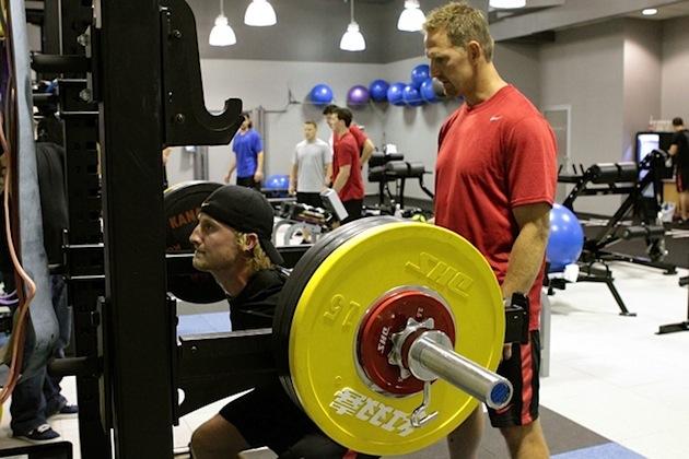 野球選手におけるオフシーズンからプレシーズンへのトレーニング(筋力と爆発力をともに訓練するエクササイズを組込まなければならない)