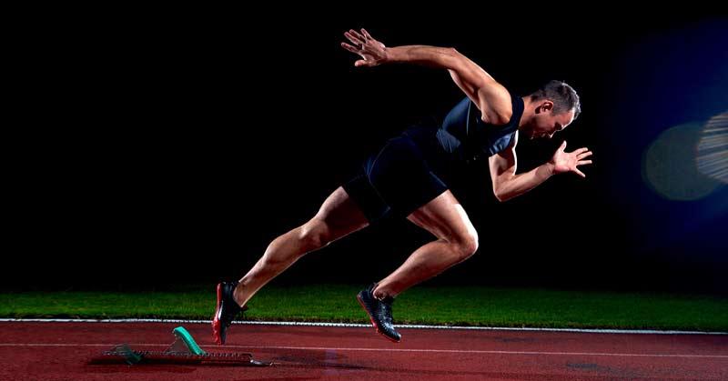 トリプルフレクションのメカニズムと最大スプリント(トリプルフレクションは足裏に痛みをもたらす刺激(針の上を一歩ずつ歩く)に対する反応として生じる股関節、膝関節、足関節の屈曲から成る脊髄反射であり、脊椎外傷や脳性麻痺などの重度の神経損傷を経験したお客の歩行の再教育にとって必要な構成要素になる)