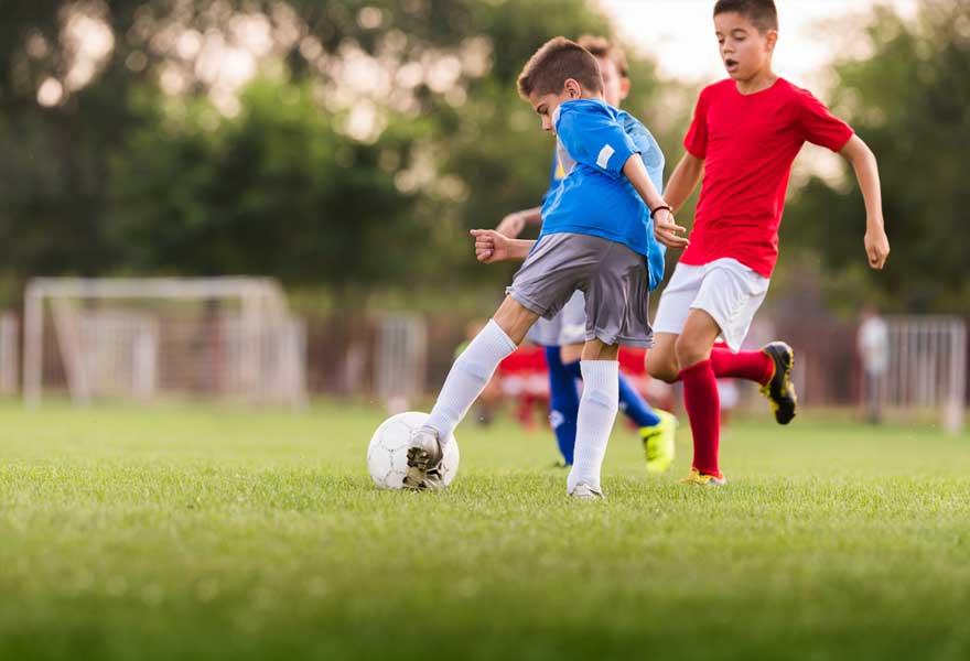 子どもにおける運動の効果(筋持久力のトレーニングには至適年齢があり、トレーニング効果は、6歳から14歳までは年齢が進むにつれて増大し、12~15歳で最大となり、15歳以降は逆に減少する)
