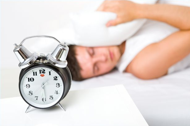 睡眠に関するアスリートの認識の向上の重要性(睡眠に関する認識の向上は、認知的パフォーマンスと身体的パフォーマンスのどちらとも関連しており、競技パフォーマンスにとって重大な意味を持つ)