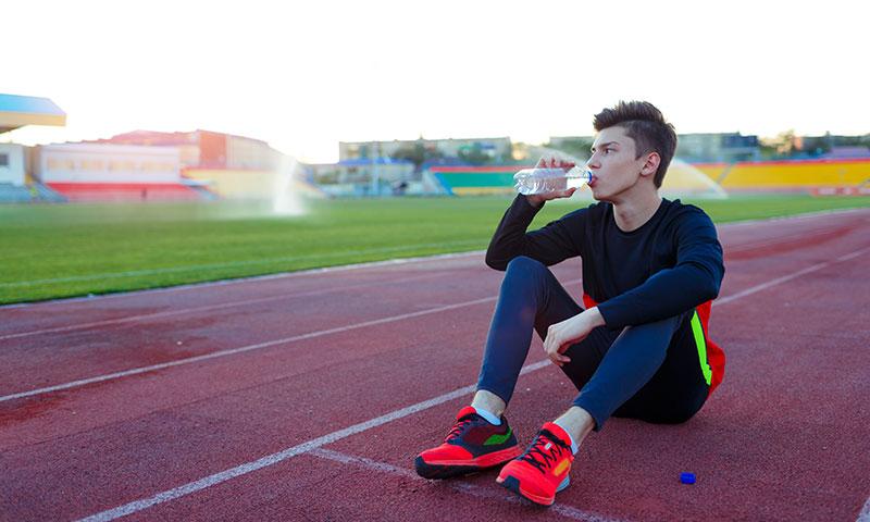 格闘技競技における体重調整(水分補給状態を確認し、トレーニングによって起こる急性の体重減少、尿の色と重量オスモル濃度、ヘモグロビンとヘマトクリット値のモニタリングすることがパフォーマンスを低下させないことにつながる)