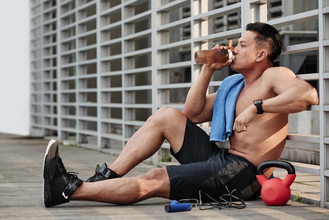 必須アミノ酸とトレーニング(トレーニング直前の投与は、トレーニング直後の投与と比べ、160%筋同化作用増大をもたらす)