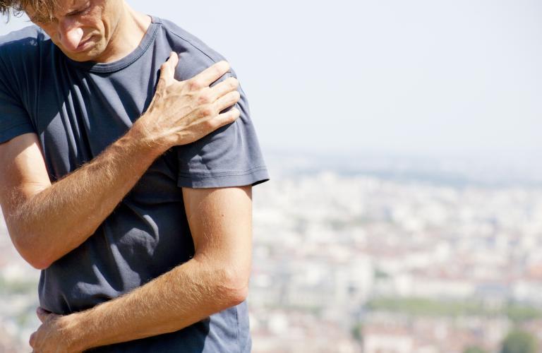 線維筋痛症とトレーニング(8週間の有酸素性ウォーキングプログラム{最大心拍数の60~70%で20~30分間など}と、フリーウェイトとマシンを用いたレジスタンストレーニングプログラムで症状、圧痛点の数、体力、心理状態、生活の質を改善がみられた)