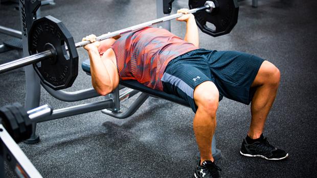 エクササイズの選択と肩の傷害(ベンチプレスの下降局面は、特に腕が体幹より低く下ろされた場合には、多くの傷害の原因とされている)