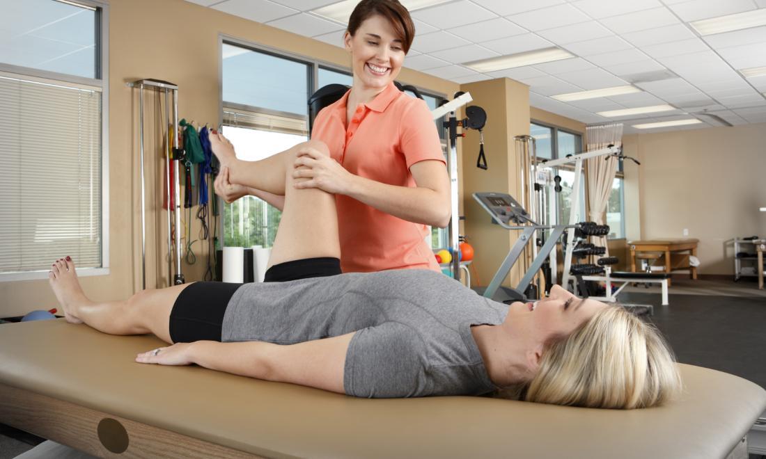 股関節形成術後の柔軟性エクササイズ(腸腰筋、大腿直筋、内転筋および大腿筋膜張筋の拘縮が確認されるために股関節の伸展および外旋可動域を回復させることが目標になる)