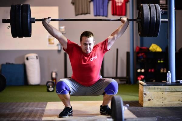 レジスタンストレーニングと肩鎖関節の傷害(鎖骨遠位の骨融解はいわゆる「ウェイトリフター肩」としても知られ、肩鎖関節の離開、肋軟骨下の疲労骨折、肩鎖関節を形成する鎖骨遠位における骨の融解などを特徴とする)