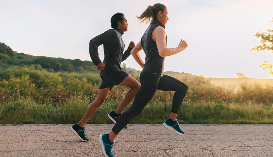 ランニングエコノミーと筋力トレーニング(ハーフスクワットの1RMテストで測定したRFDが同時トレーニング後に向上、またRFDとREの間には正の相関関係がみられたことを報告している)
