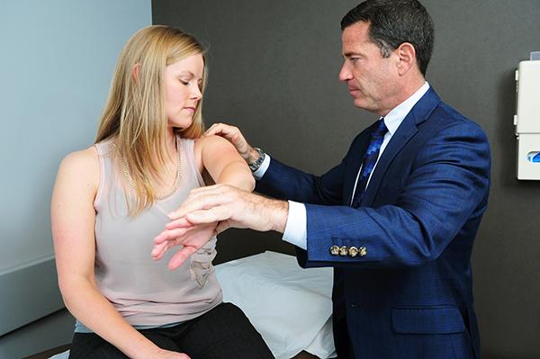 人工逆肩関節置換術後のエクササイズ(前方脱臼に抵抗する安全装置となる肩甲下筋に負荷をかけた内旋は避け、また外転、水平伸展、外旋を合わせた姿勢、90/90またはハイファイブと呼ばれる姿勢も避ける必要がある)