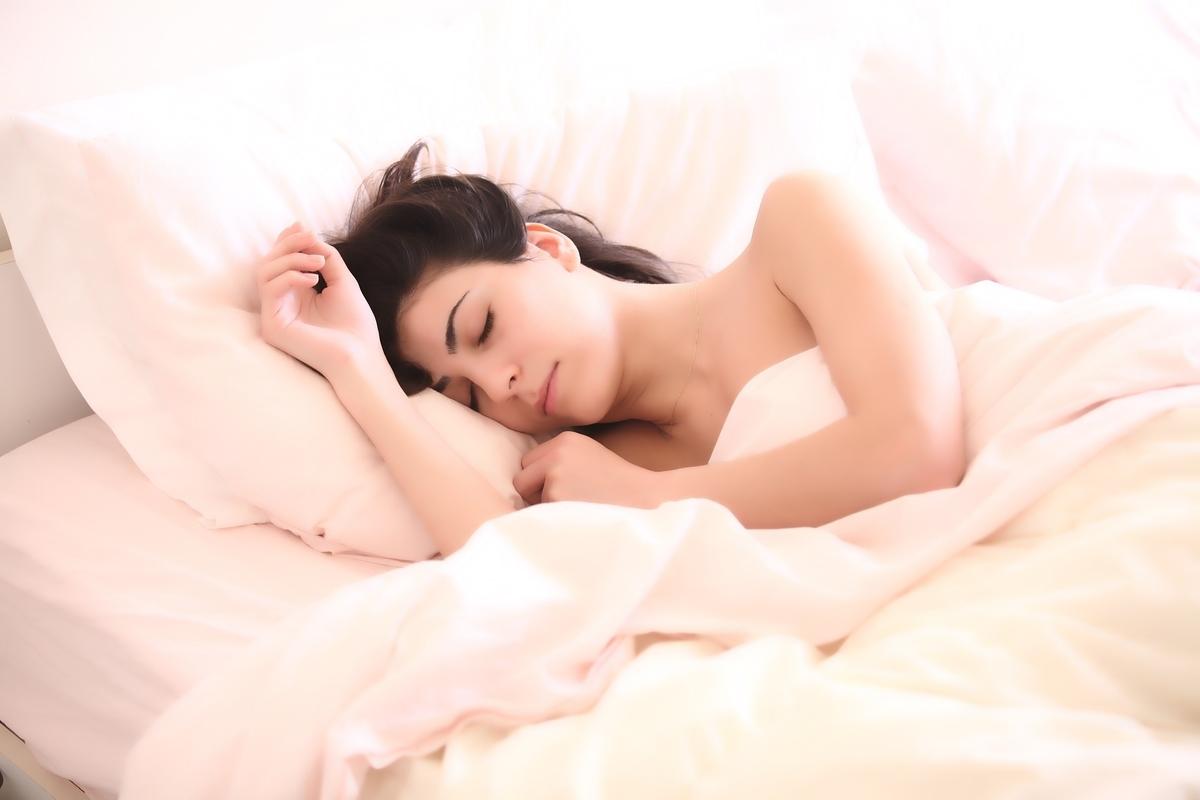 寝ている 女性 ベッド