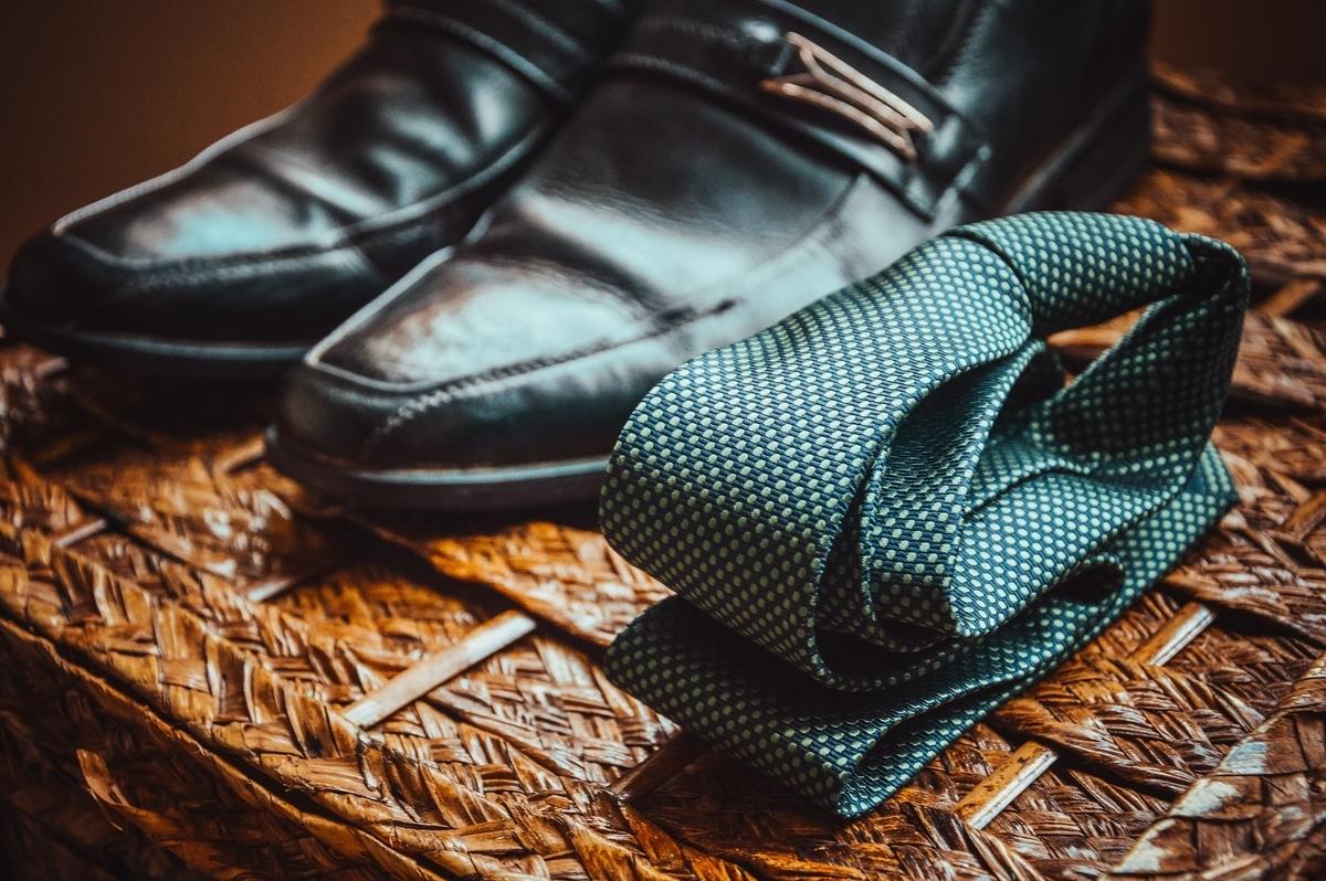 磨かれた革靴とネクタイ