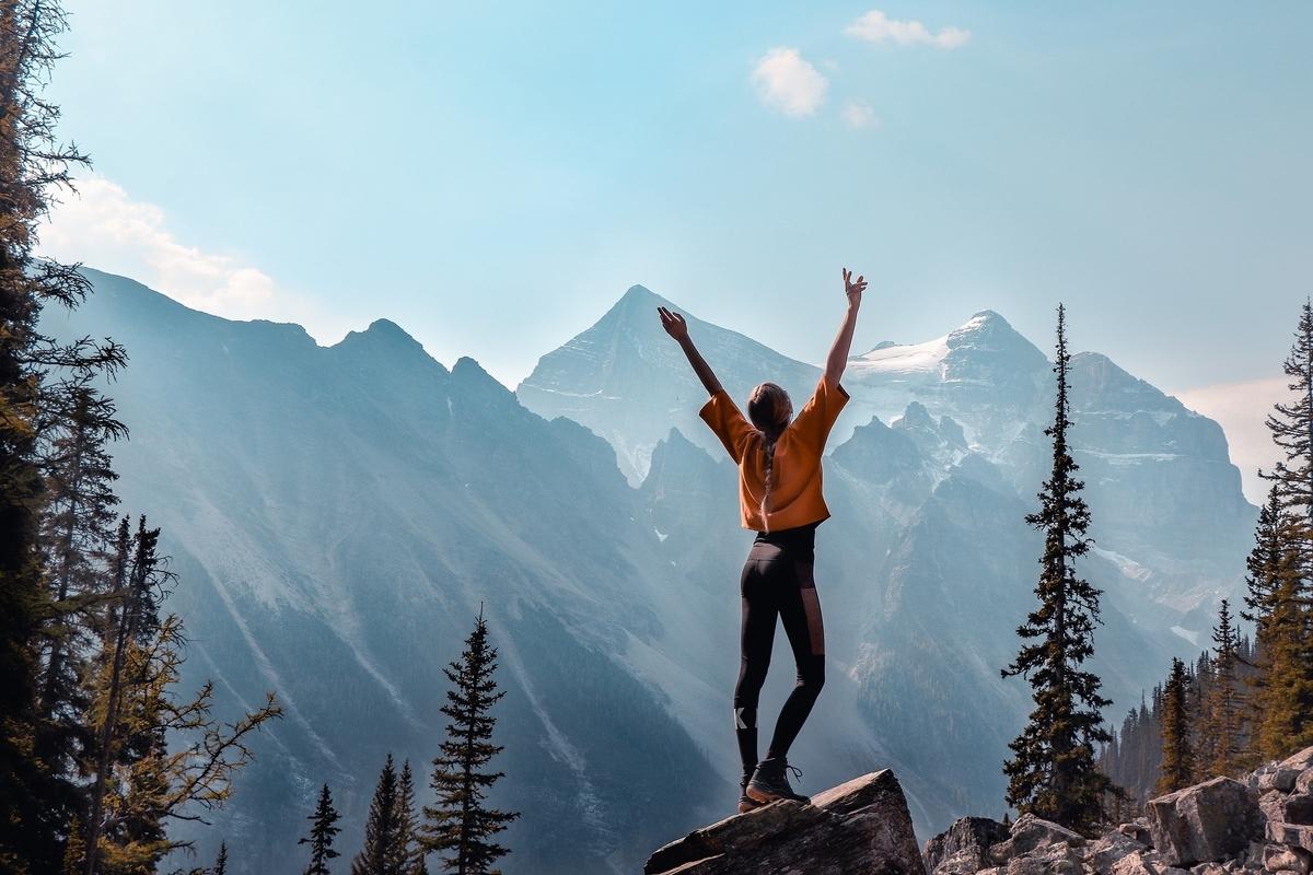 山で達成感を味わう女性