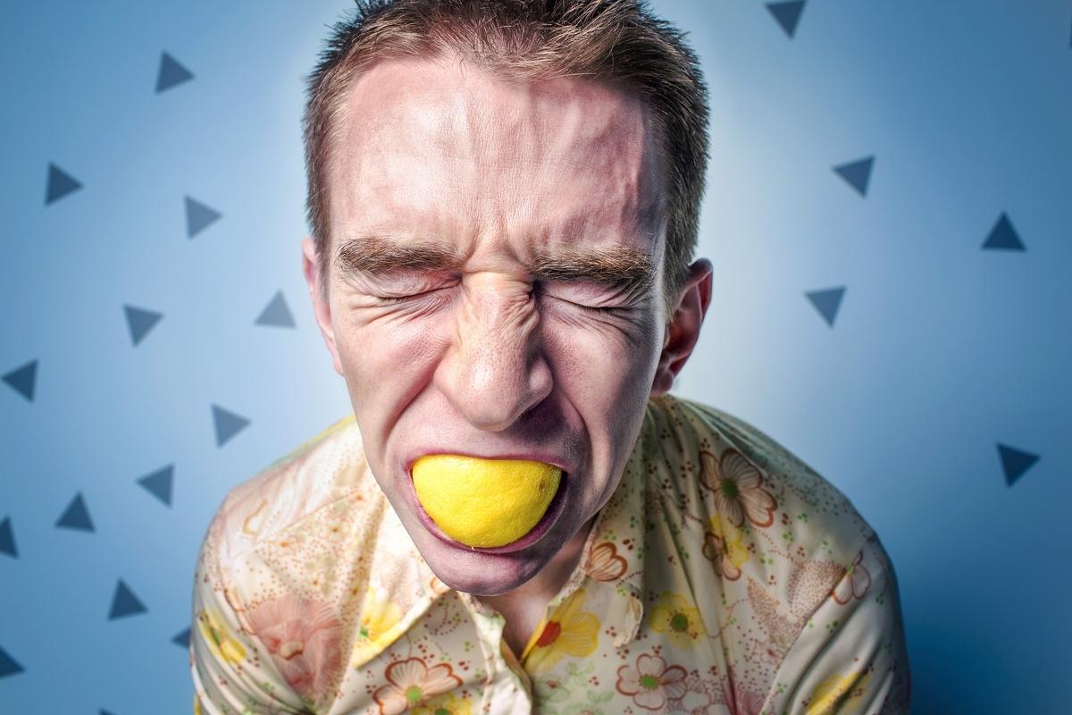 レモンの酸味に苦しむ男性