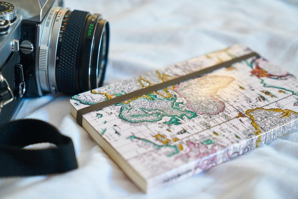カメラとノートが置かれている写真