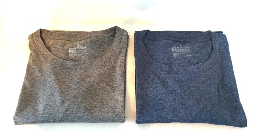 2枚のTシャツが置かれている写真