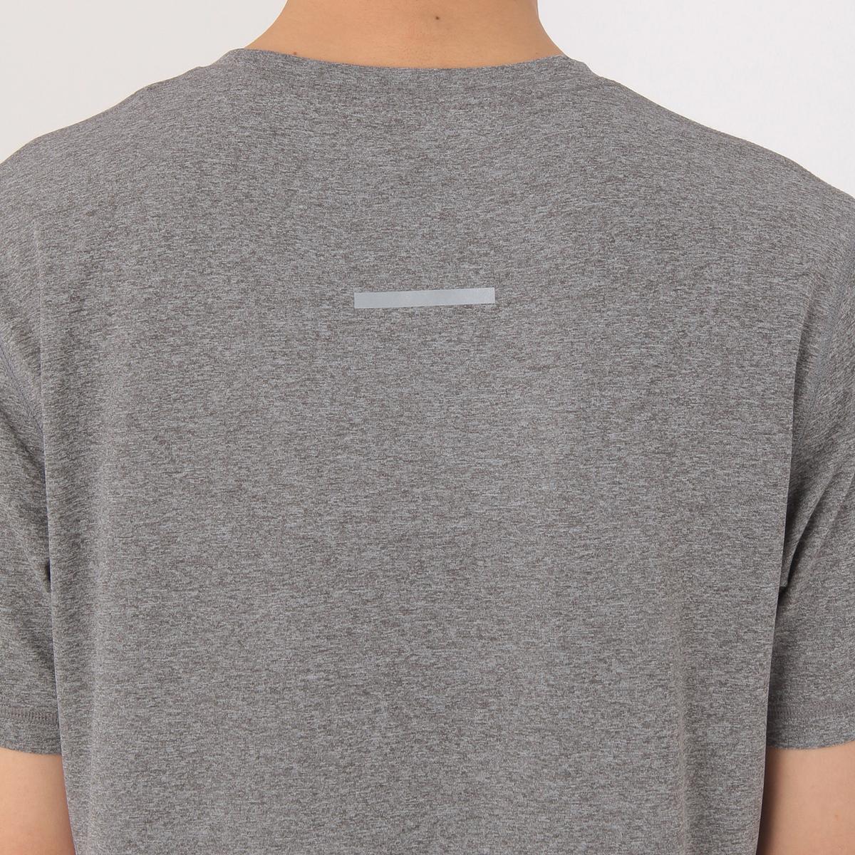 Tシャツの後ろからの写真