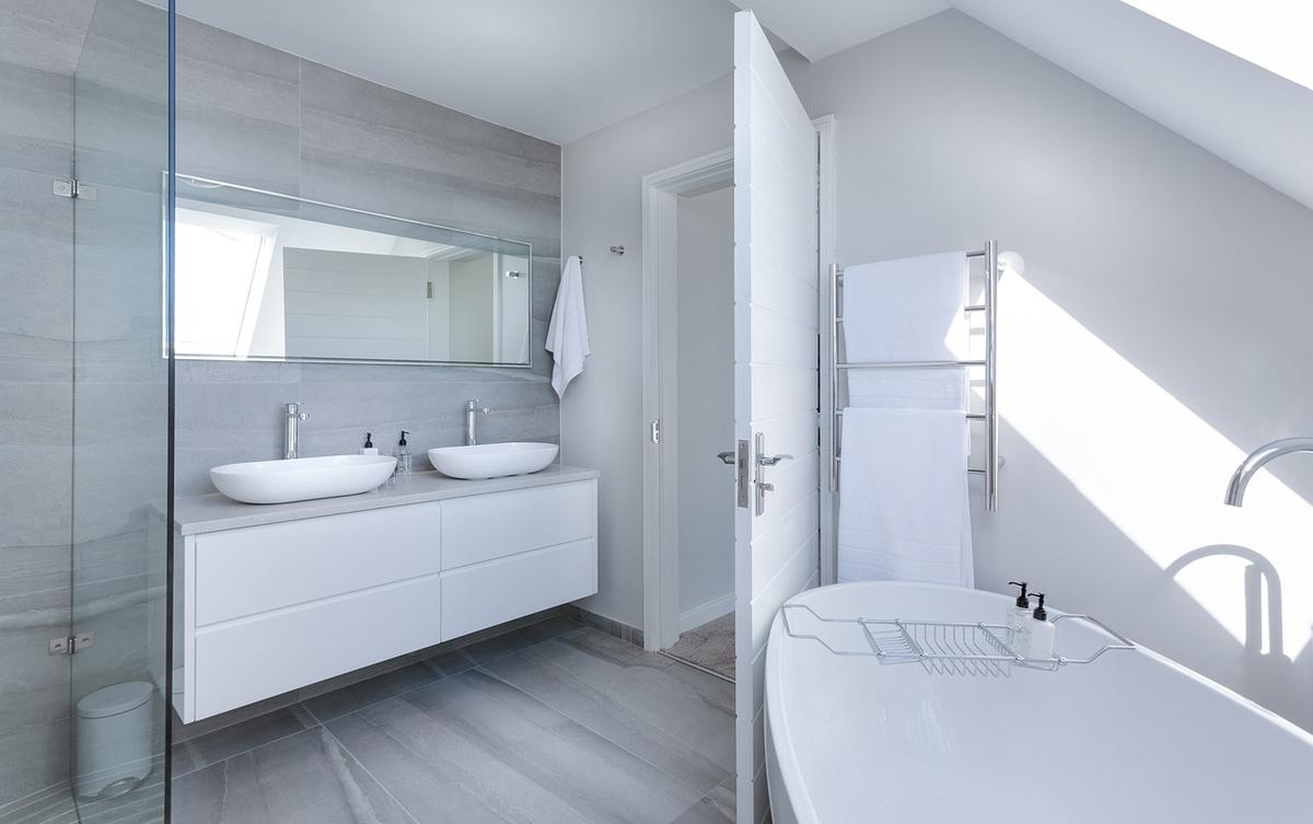 白を基調としたシンプルなバスルーム