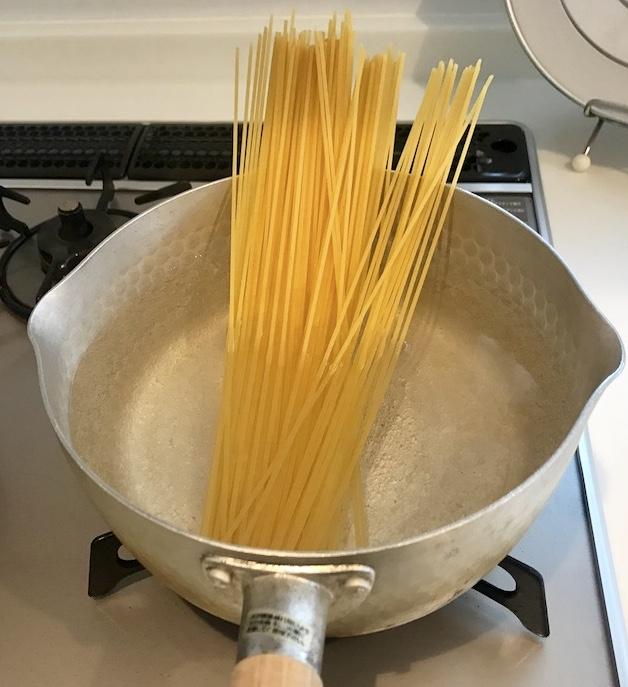 鍋に入ったパスタ