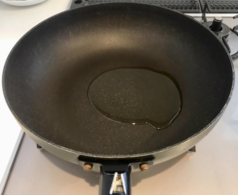 鍋にオリーブオイルを入れる